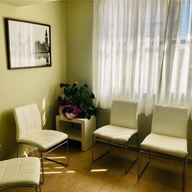 Instalaciones sala espera Clínica Dental San Pedro, Marbella